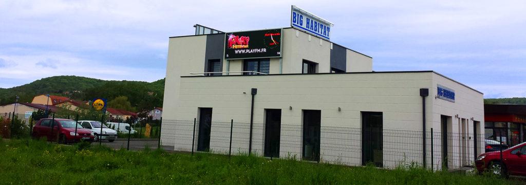 écran publicitaire en façade