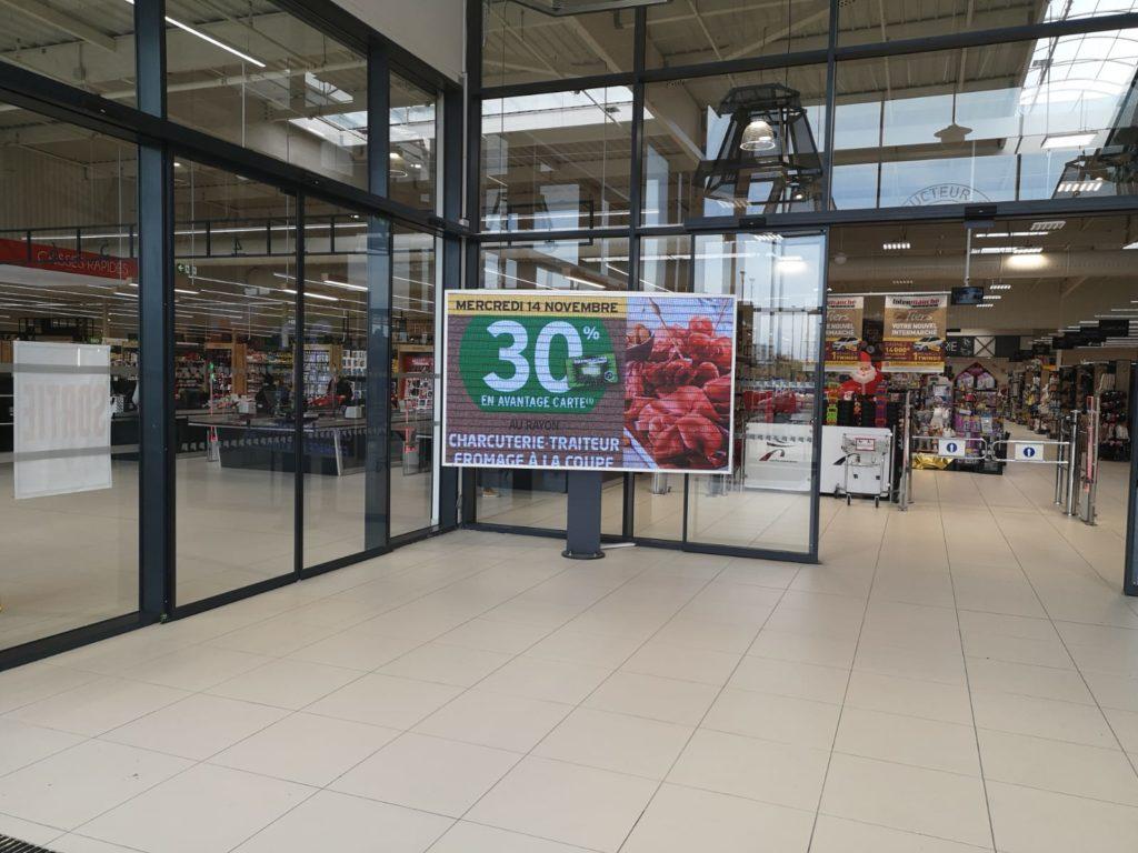 écran géant entrée supermarché