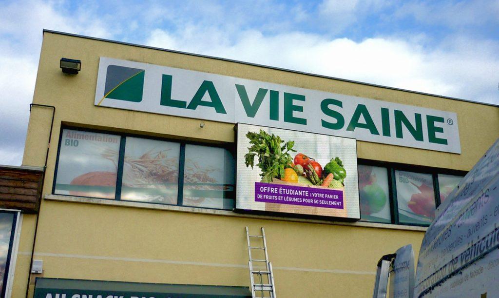 """écran geant en façade de magasin bio """"la vie saine"""""""