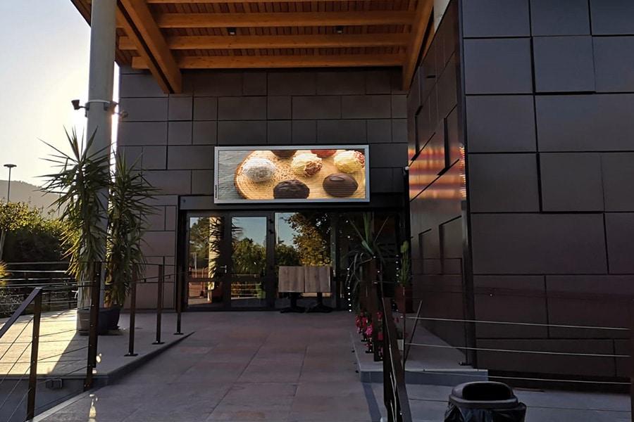 Chocolaterie Grimmer enseigne écran LED en façade