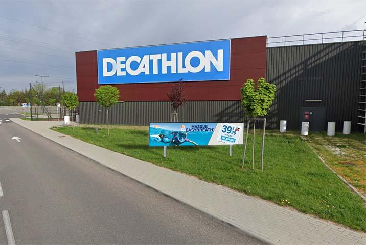 Banderole vidéo media banner devant un magasin decathlon
