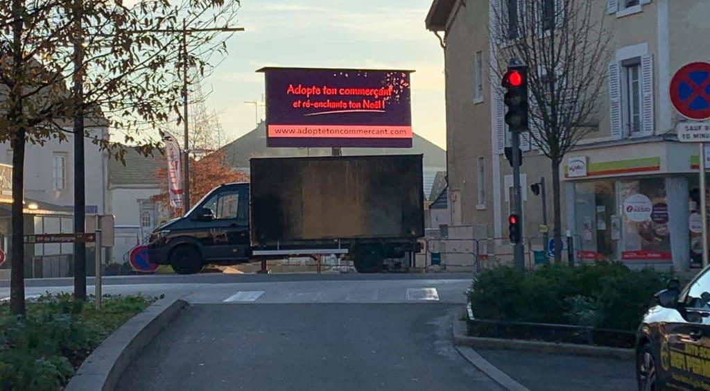 camion écran publicitaire en centre ville